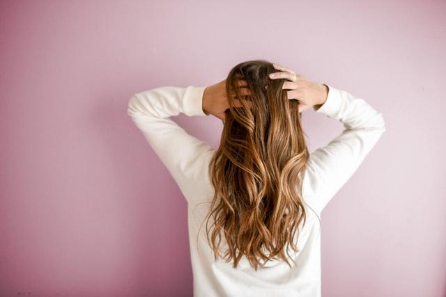 白髪染めの後にカラーをするのは髪の痛みがでるからNG…その理由とは?